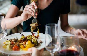 kobieta je obiad w restauracji